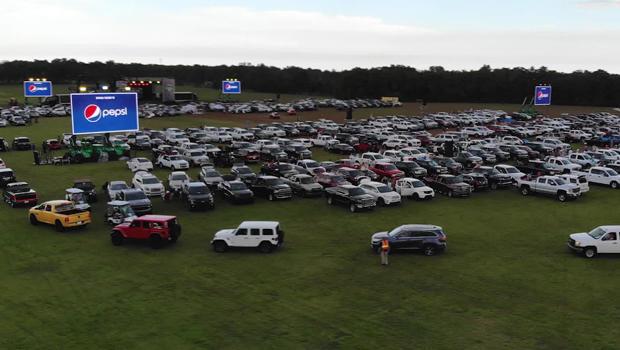 cars-fill-the-concert-c-620.jpg