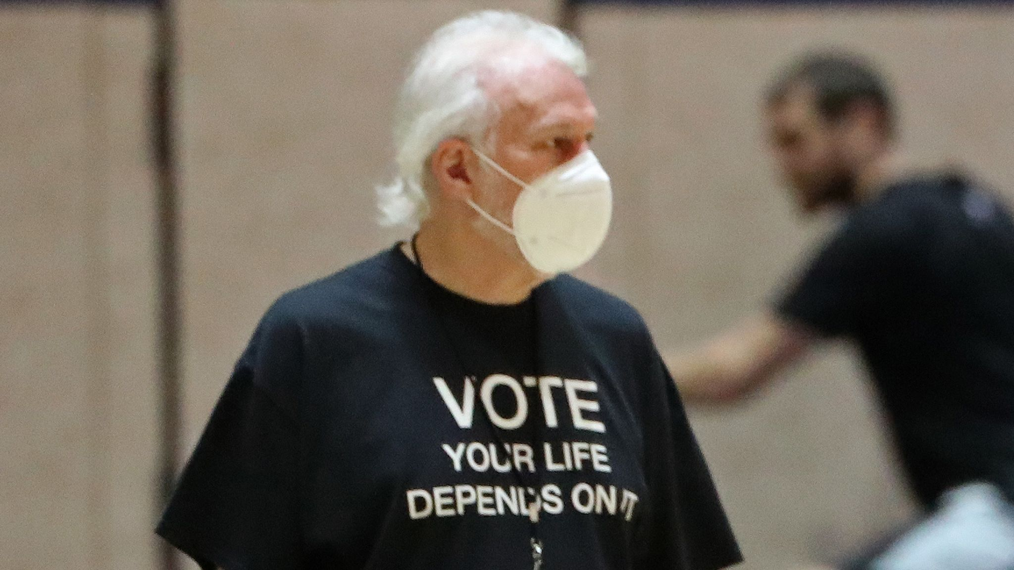 Gregg Popovich wearing a mask during Spurs practice in Orlando
