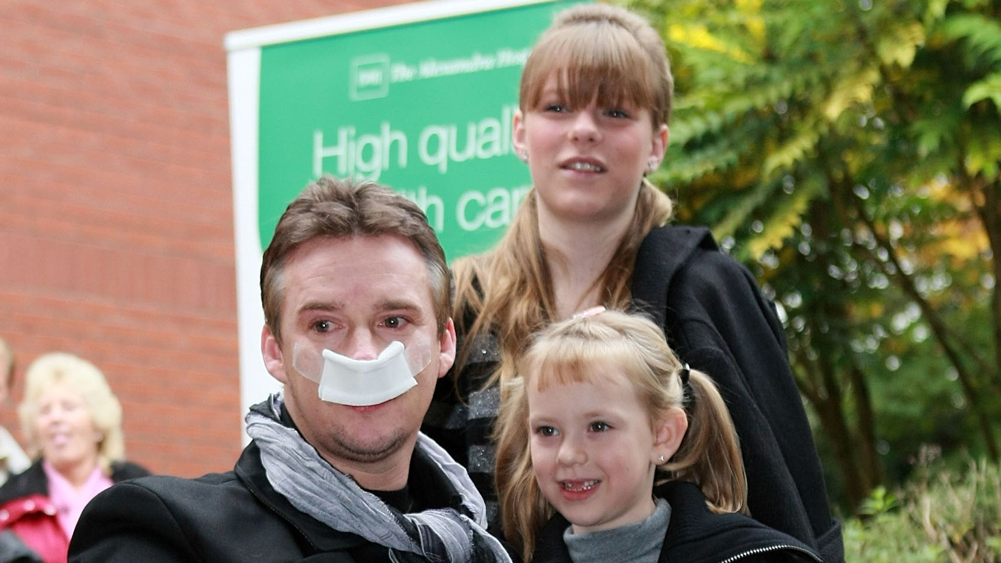 Watson leaves hospital with his two daughters in 2007