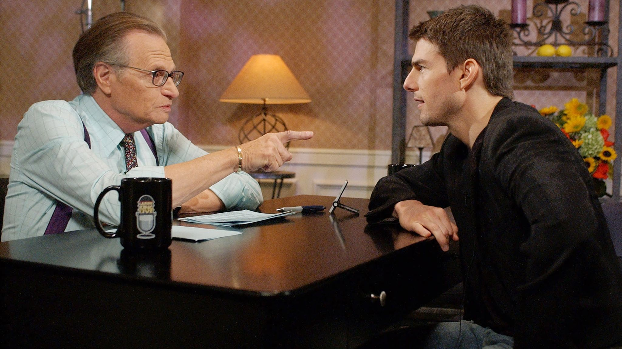 """Actor Tom Cruise (R) chats with Larry King during a taping of CNN's """"Larry King Live"""" in Beverly Hills November 29, 2001. The interview is scheduled to air December 9 while Cruise's next film """"Vanilla Sky"""" opens on December 14. PHOTO TAKEN NOVEMBER 29 REUTERS/Pool/Chris Pizzello CP"""